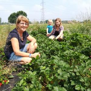 3 generaties vrouwen gezellig samen aan de pluk