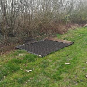 een mysterieus dak op het veld, een electriciteitspaal op omvallen...