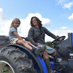 gezellig! gezelschap op de tractor