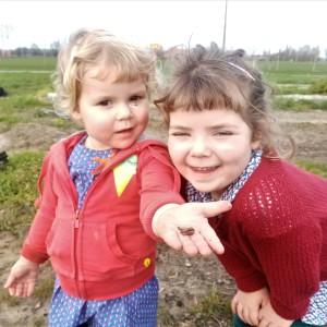 Scholen dicht, kindjes op het veld en Regenwormen wakker.
